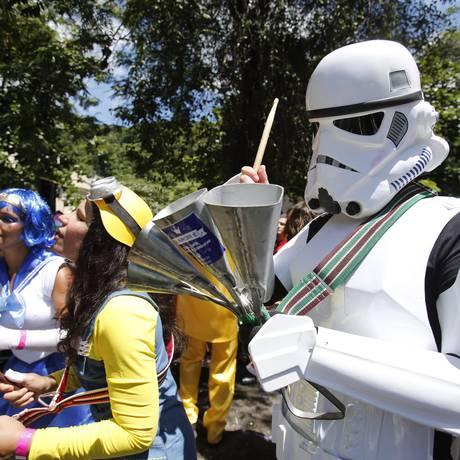 Fantasiado de stormtrooper, ritmista leva a força das estrelas para o Desliga da Justiça Foto: Alexandre Cassiano / O Globo