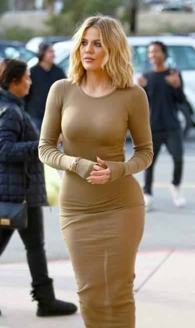 """Khloe Kardashian quis mesmo ser a grande estrela da gravação de um dos episódios de """"Keeping Up With the Kardashian"""". A irmã de Kim apareceu num estacionamento na Califórnia, na última sexta, com um modelito de parar o trânsito AKM-GSI"""