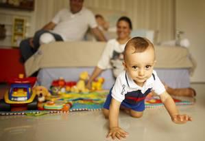 Samuel com os pais Neyla e Luiz Fernando (ao fundo): dos sete embriões gerados no tratamento, análise genética mostrou que só um não tinha defeitos e foi implantado, resultando no bebê que completa um ano na terça-feira Foto: Daniel Marenco