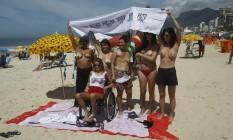 Mulheres fazem toplessaço em Ipanema Foto: Luiz Ackermann / Agência O Globo