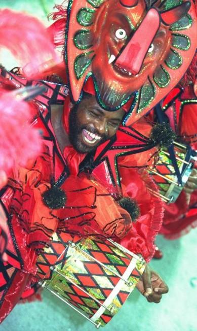 Já que o protagonista do enredo era folião, a bateria lembrou o carnaval Marizilda Cruppe / Agência O Globo