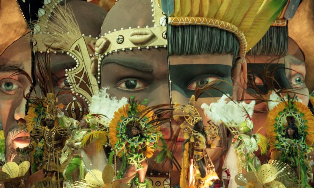 Os rostos unidos no carro das três raças ilustraram a ideia de miscigenação Marizilda Cruppe / Agência O Globo