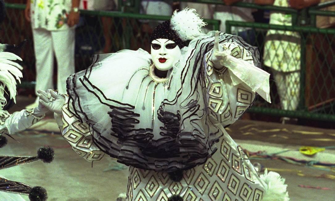 A fantasia do mestre-sala Rogerinho, inspirada no carnaval do tempo do compositor Marizilda Cruppe / Agência O Globo