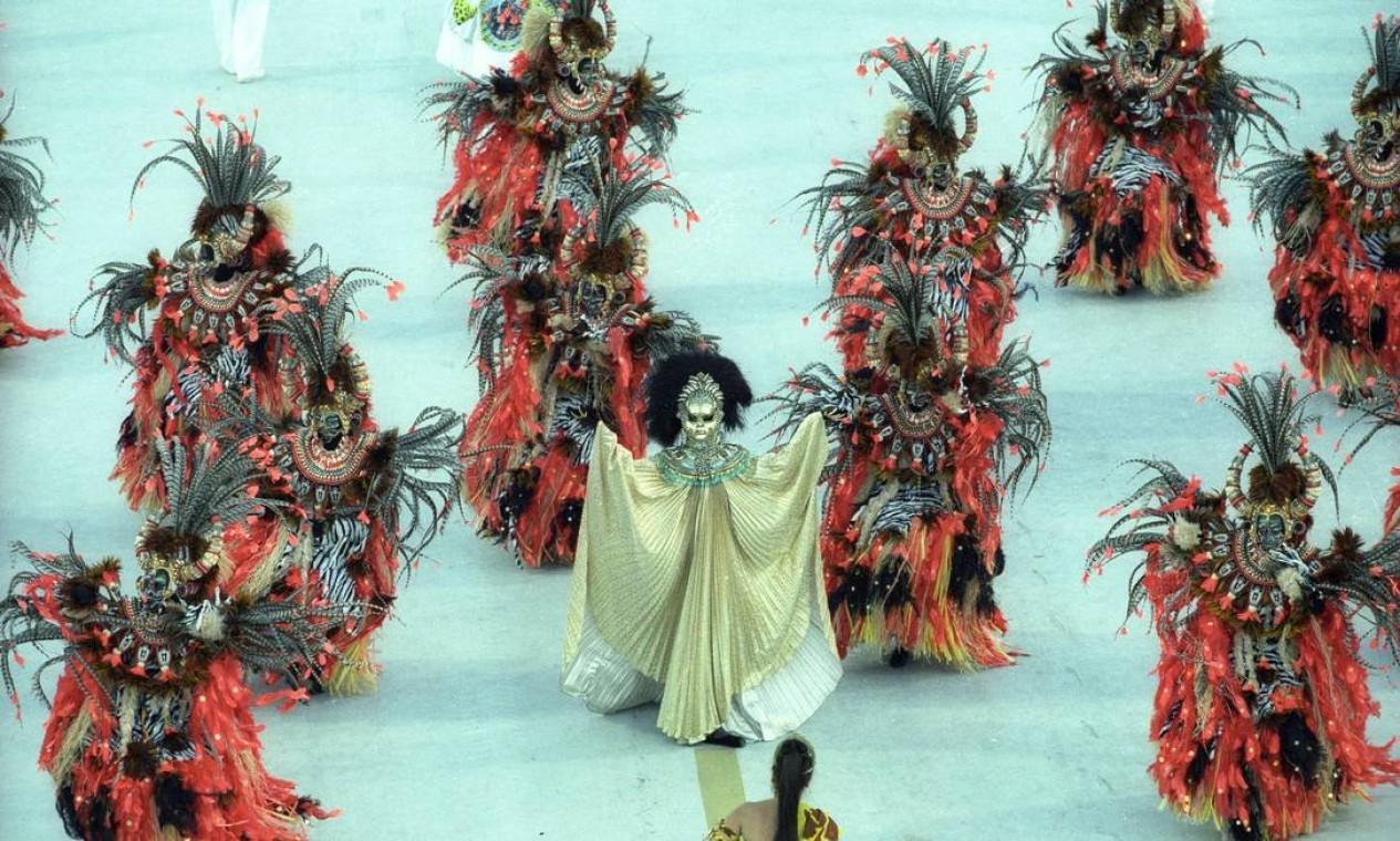 A comissão de frente representava um ritual em que a integrante ao centro virava uma pantera Foto: Fernando Quevedo / Agência O Globo