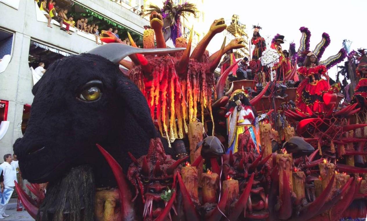 Alegoria com animais e velas usadas nos rituais: medo, mistério e fascínio Foto: Cezar Loureiro / Agência O Globo