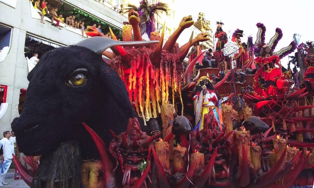 Alegoria com animais e velas usadas nos rituais: medo, mistério e fascínio Cezar Loureiro / Agência O Globo