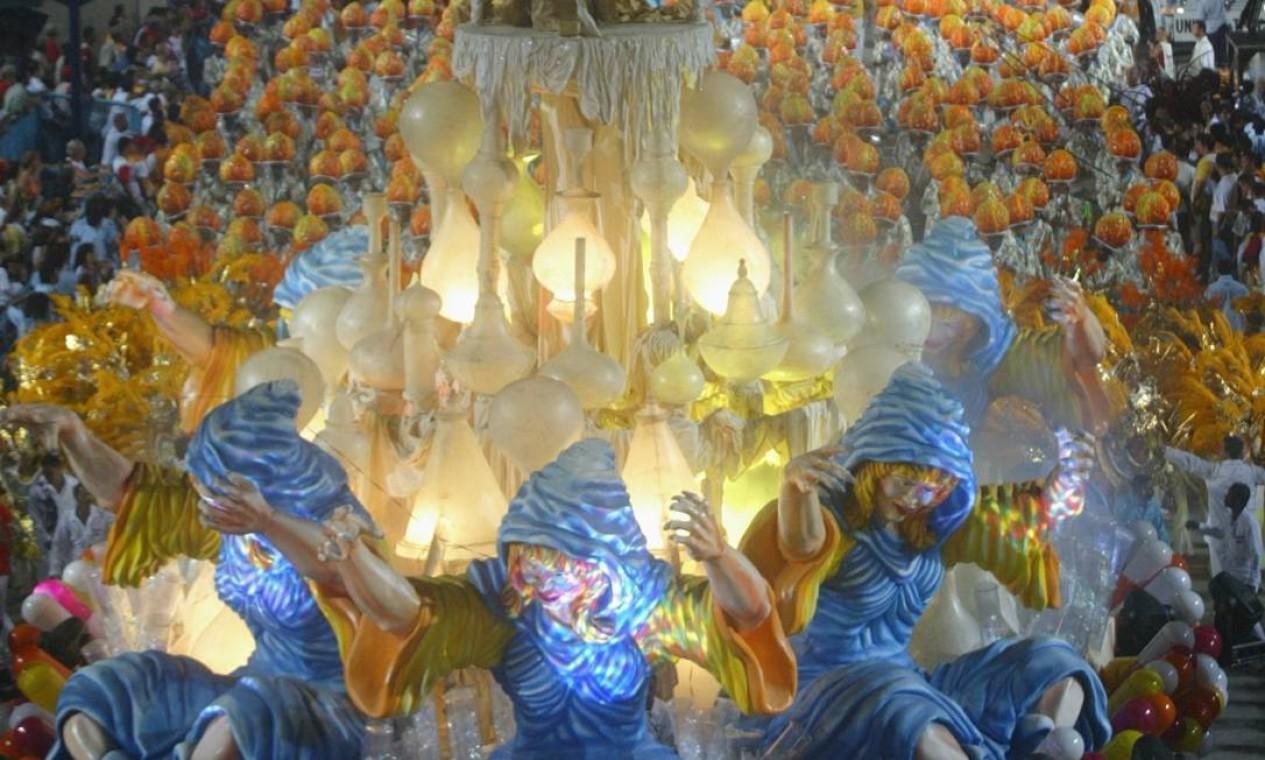 A iluminação dava um ar mágico ao Carro da Alquimia Foto: Ricardo Leoni / Agência O Globo