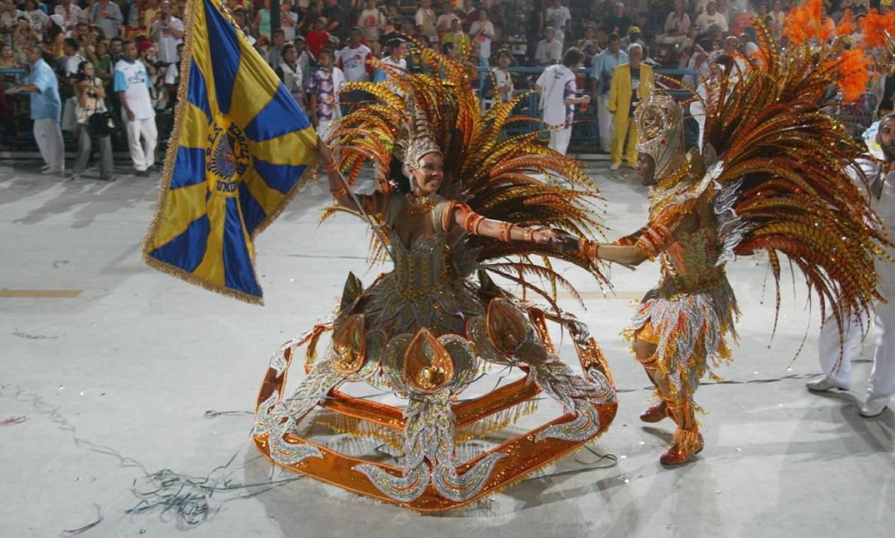 Na saia vazada da porta-bandeira Lucinha, o desejo do carnavalesco de fugir à regra Foto: Fernando Maia / Agência O Globo
