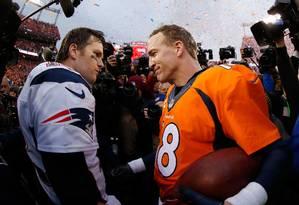 Peyton (à direita) cumprimenta um inconsolável Tom Brady após a vitória dos Broncos Foto: EZRA SHAW / AFP