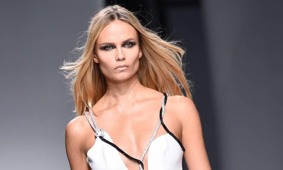 Donatella Versace levou a ousadia às alturas na semana de moda de alta-costura de Paris. A estilista caprichou nas fendas e nos recordes na coleção primavera-verão 2016 da Versace. Na foto, a top Natasha Poly Foto: MIGUEL MEDINA / AFP