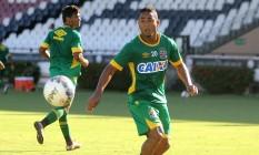 Jorge Henrique observa a bola no treino em São Januário Foto: Divulgação