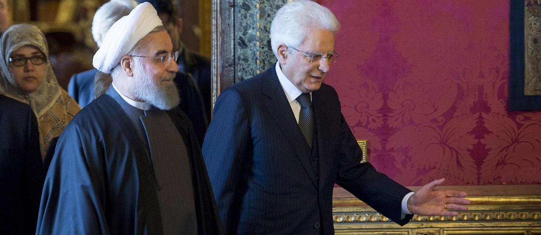 O presidente do Irã, Hassan Rouhani (à esquerda), caminha com o italiano, Sergio Mattarella: expectativa de € 17 bilhões em acordos Foto: HANDOUT / REUTERS