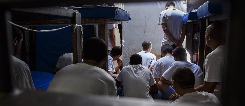 Detentos do presidio Ary Franco, no Rio Foto: Daniel Marenco / Agência O Globo/16-12-2015