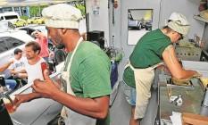 A chef do The Pub Truck prepara o Sherlock Holmes: um escondidinho com cogumelo e batata baroa Foto: Luiz Ackermann