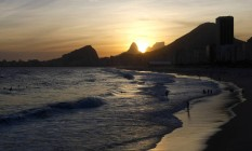 Pôr do sol na Praia do Leme Foto: Fabio Rossi em 01/12/2010 / Agência O Globo