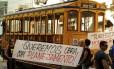 Governo inaugura a Linha Carioca-Muratori do novo bonde se Santa Teresa. Moradores do bairro fizeram protesto com faixas na partida do bonde, na Rua Francisco Muratori