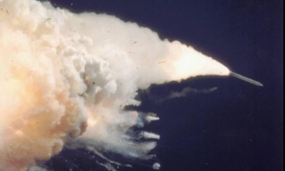 Após a decolagem da nave, uma fumaça preta saiu pelo escape dos tanques de combustível. Depois, com 37 segundos de voo, a Challenger apresentou problemas no sistema de direção, descontrolado diante do clima adverso. Divulgação / Nasa