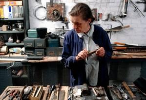 Louise Bourgeois no estúdio em sua casa, no Chelsea, em Nova York, em 1974 Foto: Divulgação