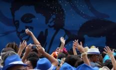 Foliões durante a edição do ano passado do bloco, com a imagem de Paulinho da Viola ao fundo Foto: Divulgação