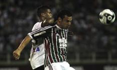 Fred, expulso no segundo tempo por agressão, é marcado por um zagueiro do Atlético-PR Foto: Divulgação