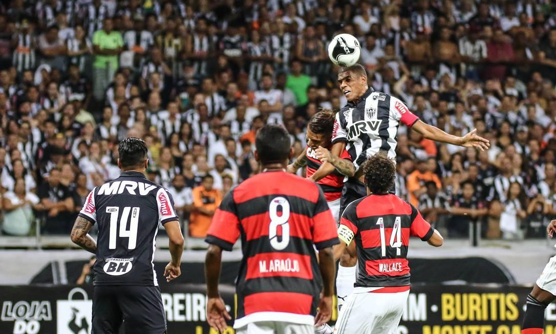 Léo Silva, do Atlético-MG, disputa a bola com Guerrero, do Flamengo Divulgação - Atlético-MG