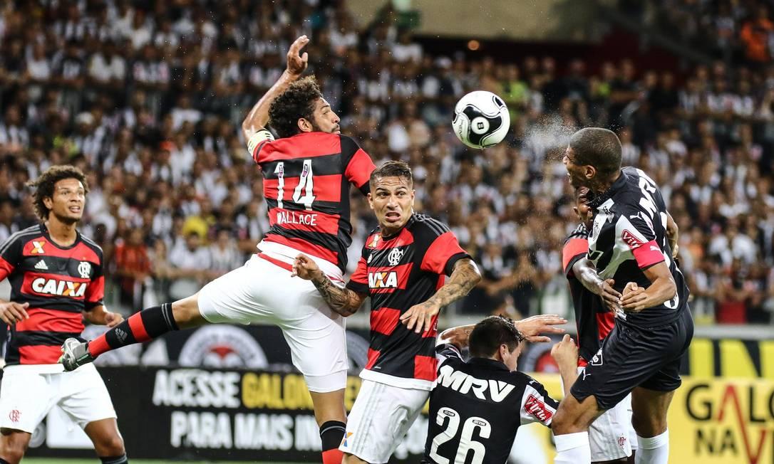 Wallace e Guerrero disputam a bola com Léo Silva, do Atlético-MG Divulgação - Atlético-MG