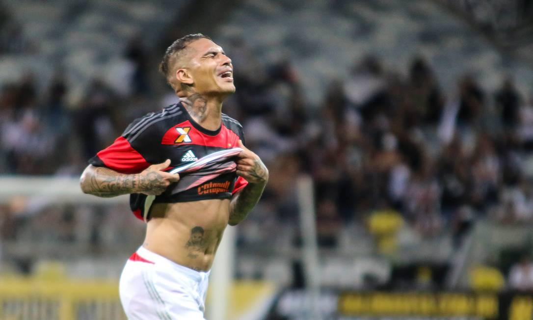 A emoção de Guerrero ao voltar a marcar pelo Flamengo Fotoarena / Agência O Globo
