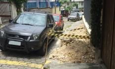 Buraco impede passagem de pedestres em Laranjeiras Foto: WhatsApp do GLOBO / Foto do leitor Dirk Peter