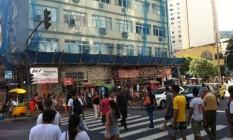 Calçada da Siqueira Campos, em Copacabana, é estreita e fica ocupada por barracas de camelôs e até uma obra que não acaba Foto: Foto do leitor Fábio Martins Faria / Eu-Repórter