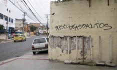 Frase na Rua Piauí chama a atenção para o perigo de roubos na área Foto: Fernanda Dias / Agência O Globo