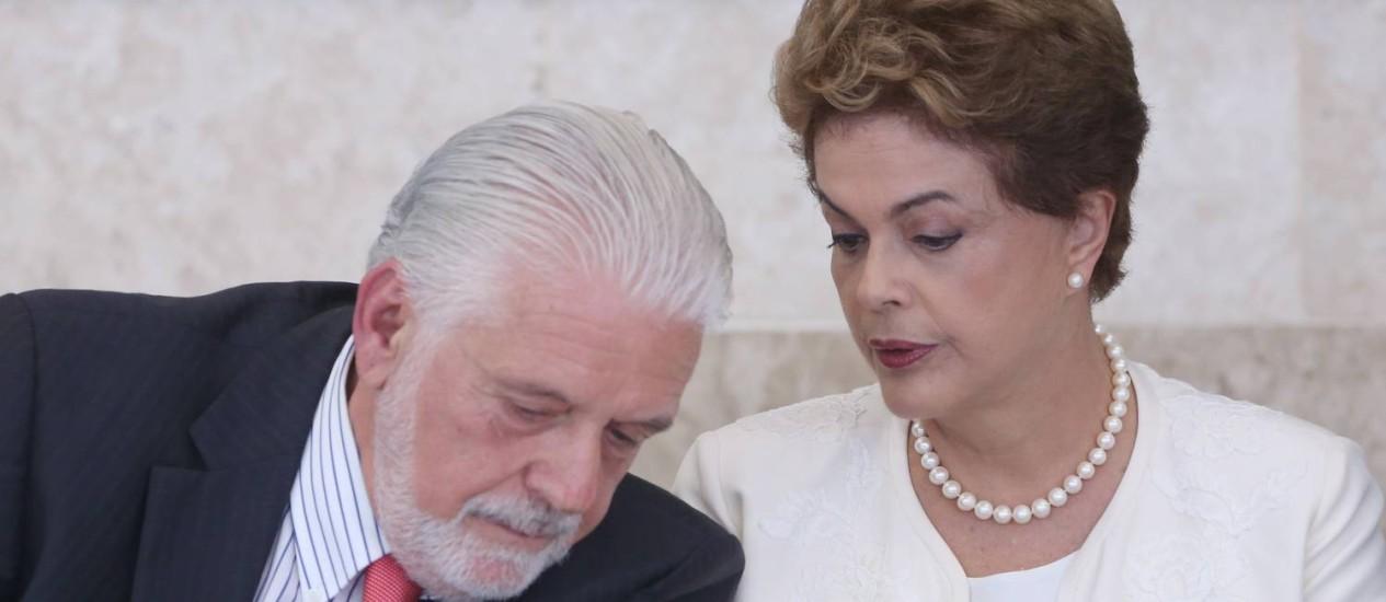A presidente Dilma Rousseff e o ministro da Casa Civil, Jaques Wagner, na 44ª Reunião Ordinária do Pleno do Conselho de Desenvolvimento Econômico e Social, no Palácio do Planalto. Foto de André Coelho /Agência O Globo Foto: ANDRE COELHO / Agência O Globo