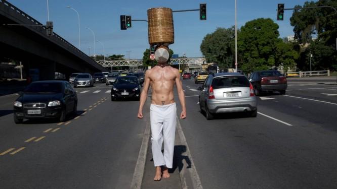 """A performance em que Fyodor evocou os """"tigres"""", escravos que levavam os excrementos de seus senhores para o mar Foto: Divulgação / Pedro Agilson"""