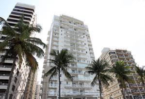 O prédio no Guarujá Foto: Michel Filho / Agência O Globo / 3-12-2014