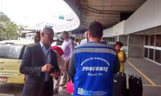 Agentes do Procon Estadual abordam pessoas que desembarcaram no Aeroporto Tom Jobim Foto: Divulgação