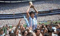 Campeão. Maradona levanta a taça no estádio Azteca: peça fundamental para a conquista do bicampeonato pela Argentina Foto: Carlo Fumagalli / AP