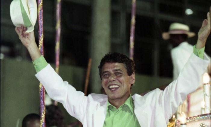 Chico desfilou na última alegoria da verde e rosa em 1998 Foto: André Arruda / O Globo