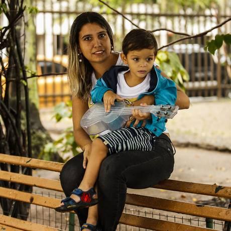 A empresária Monique Cyrino e seu filho, de três anos Foto: Guilherme Leporace / Agência O Globo
