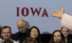 Braço de Hillary Clinton aponta para Iowa: estado dá início às primárias Foto: BRIAN SNYDER / REUTERS