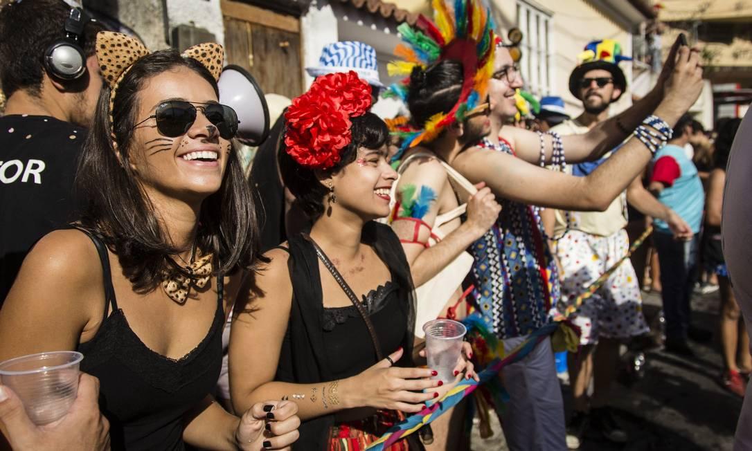 Foliões colorem um dos blocos mais tradicionais do Rio com fantasias e adereços Fernando Lemos / Agência O Globo