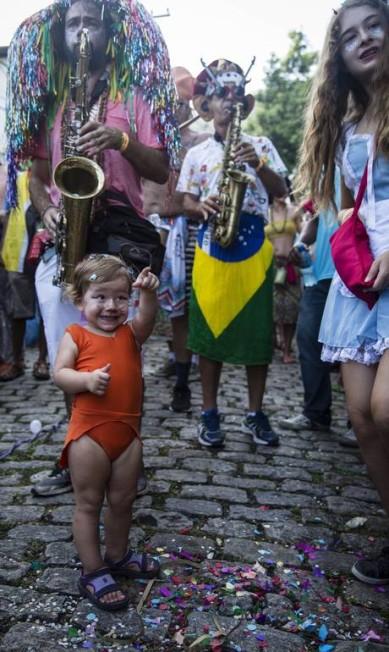 A percussão sob o encanto da pequena foliona Fernando Lemos / Agência O Globo