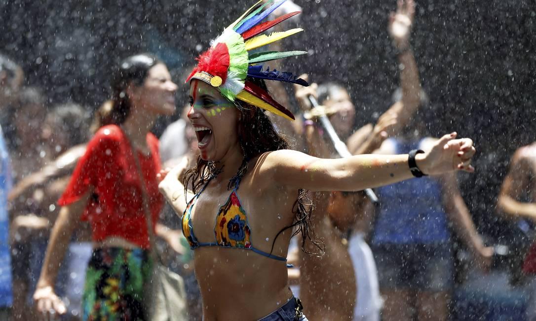 O bloco Imaginô? Agora Amassa! alegra foliões nas ruas do Leblon Gabriel de Paiva / Agência O Globo