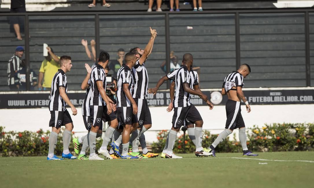 Zagueiro Renan Fonseca ergue os braços para comemorar o segundo gol alvinegr Hermes de Paula / Agencia O Globo.