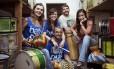 Oa percussionistas Virginia Caliman, Laura Eckhardt, Ricardo Fontoura, Adriana Ramos e Alexandre Gazé Filho: fôlego extra para este carnaval Foto: Leo Martins