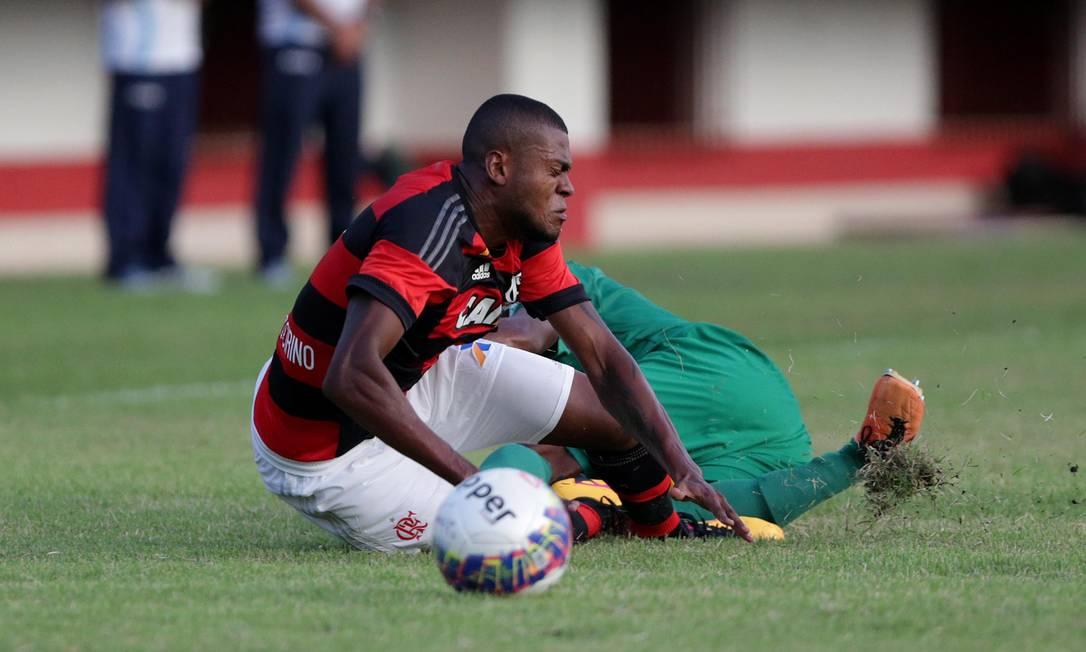 Cirino cai no chão em dividida com jogador do Boavista Márcio Alves / Agência O Globo
