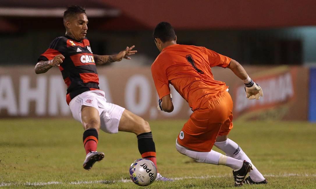 Guerrero disputa a bola com o goleiro Vinícius, do Boavista Márcio Alves / Agência O Globo
