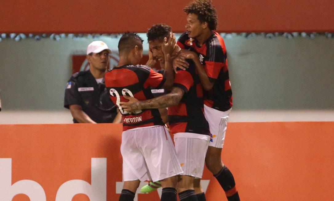 Guerrero é abraçdo por Everton e Willian Arão ao abrir o placar Márcio Alves / Agência O Globo