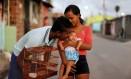 Rosa Ângela Gomes Marinho, de 17 anos, mãe de Lara Safira, que nasceu com microcefalia Foto: Domingos Peixoto / Agência O Globo