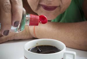 Wal Santos substituiu o açúcar pelo adoçante, produto que ela usa até dez vezes ao dia e sem checar qual é a composição Foto: Leo Martins / Leo Martins