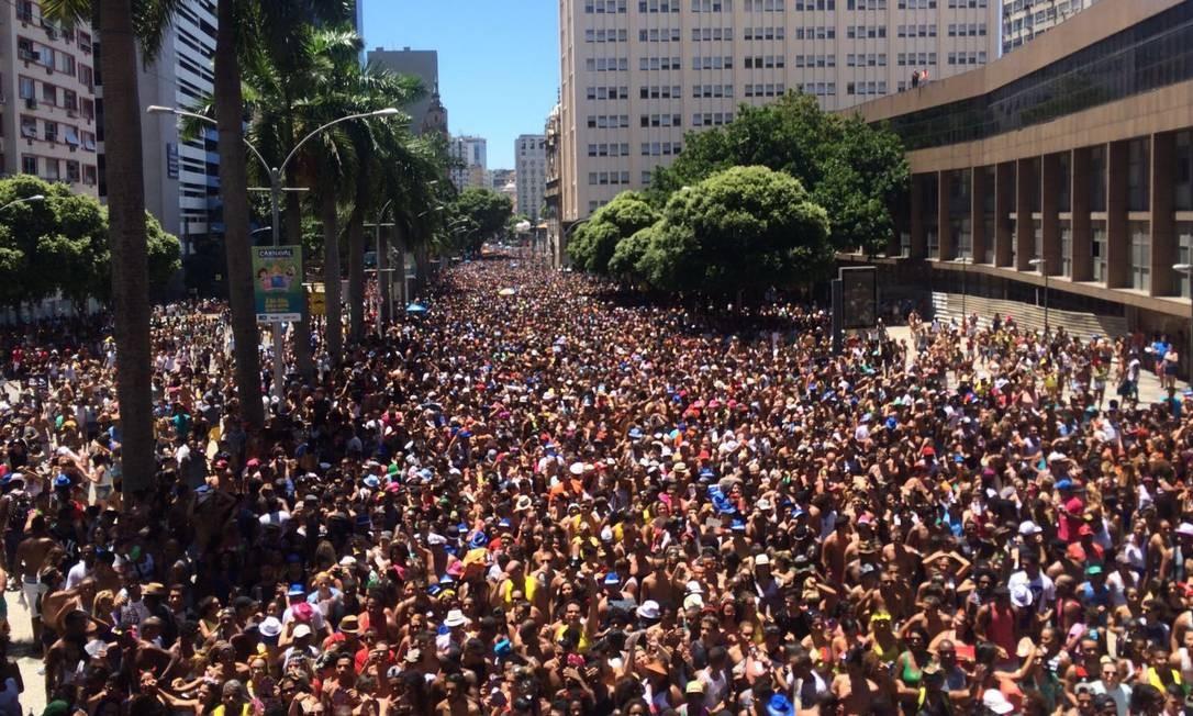 Quase um milhão de pessoas eram esperadas para o desfile na Rua Primeiro de Março Foto: Daniel Marenco / .