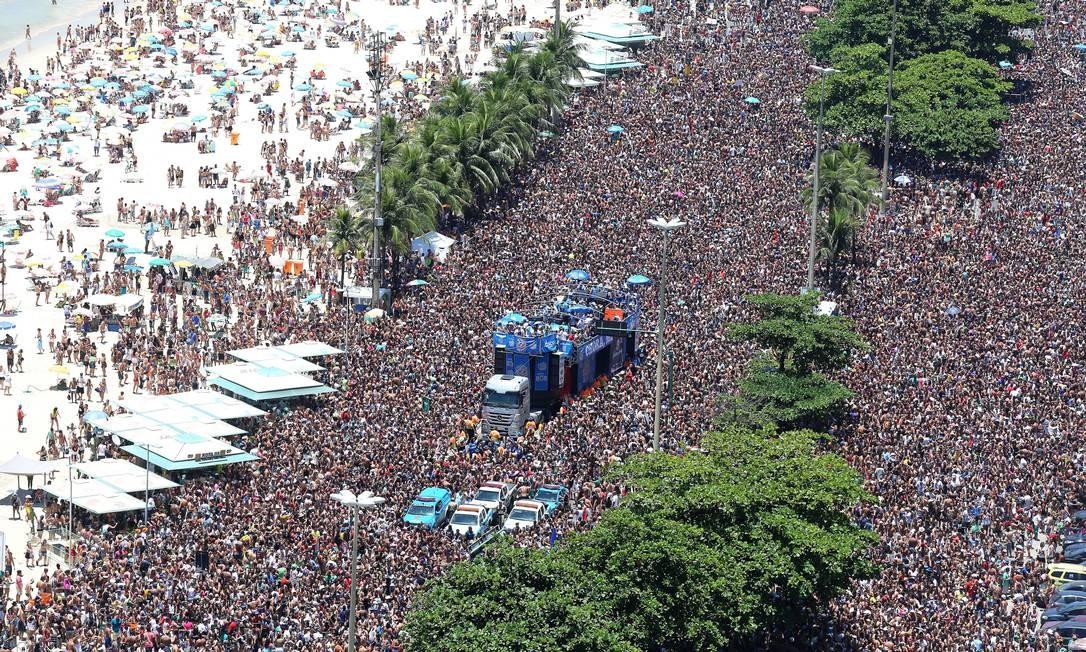 Bloco Chora Me Liga, em Copacabana, atraiu milhares de foliões Foto: Agência O Globo